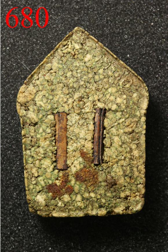 พระขุนแผนผงพรายกุมารองค์นี้ เป็นพระขุนแผนปี พ.ศ. 2515 พิมพ์ใหญ่ เนื้อกระยาสารท ซึ่งภายในเนื้อยังมีส่วนผสมของว่านเถาวัลย์หลง ซึ่งเราจะเห็นสีเขียวๆปะปนอยู่บ้างในเนื้อขององค์พระ พื้นผิวขององค์พระมีความขรุขระเนื่องจากใช้ข้าวเหนียวหยาบ มาใช้ในการกดพิมพ์ ซึ่งมีลักษณะคล้ายกับเนื้อขนมกระยาสารท ชาวบ้านจึงนิยมเรียกว่า พระขุนแผนผงพรายกุมารเนื้อกระยาสารท